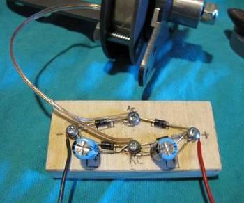 как подключить конденсатор на два выхода